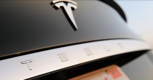 Tesla Schriftzug an der Heckklappe